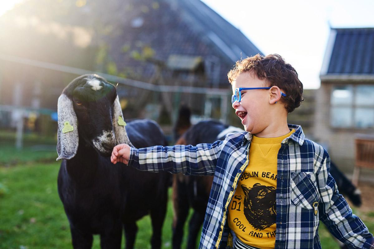 Kinderfeestjes op de boerderij - Geit aaien